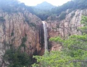한계령 아래 장수대로부터 1km 떨어진 계곡에 자리한 대승폭포는 금강산의 구룡폭포, 개성의 박연폭포와 함께 한국 3대 폭포 중 하나로 꼽힌다. 물기둥이 89m로 한국에서 가장 긴 높이를 자랑하는 대승폭포는 떨어지는 폭포수의 물보라와 이 물보라에 이어지는 무지개가 영롱한 아름다움을 자아내 장관을 이룬다. 설악산 장수대 탐방지원센터에서 0.9km 지점인 해발 740m에 위치한 대승폭포는 지형∙지질학적 가치와 문화재적 가치가 뛰어나 2013년 3월 11일에 명승 제97호로 지정된 폭포이다.